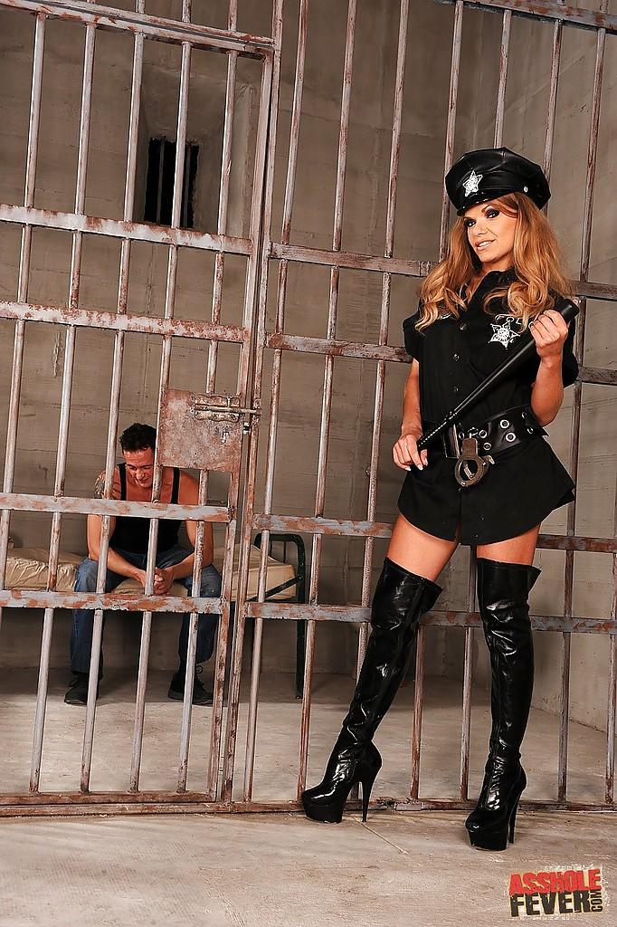 Полицейскую девку в латексе трахают два заключённых в камере