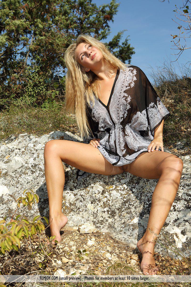 Светлая порноактриса April E забралась на скалы, чтобы показать не прикрытое тело небу