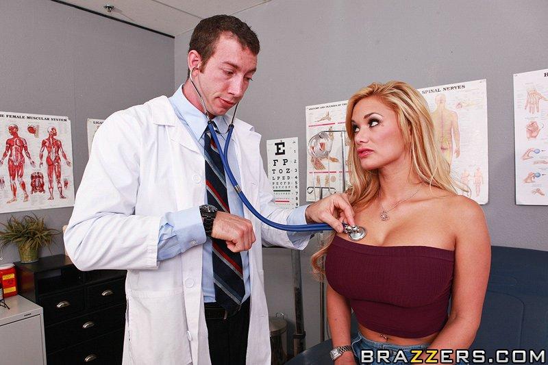 Полная блонди с огромными сиськами Shyla Stylez показывает свою пилотку доктору и сношается с ним в очко