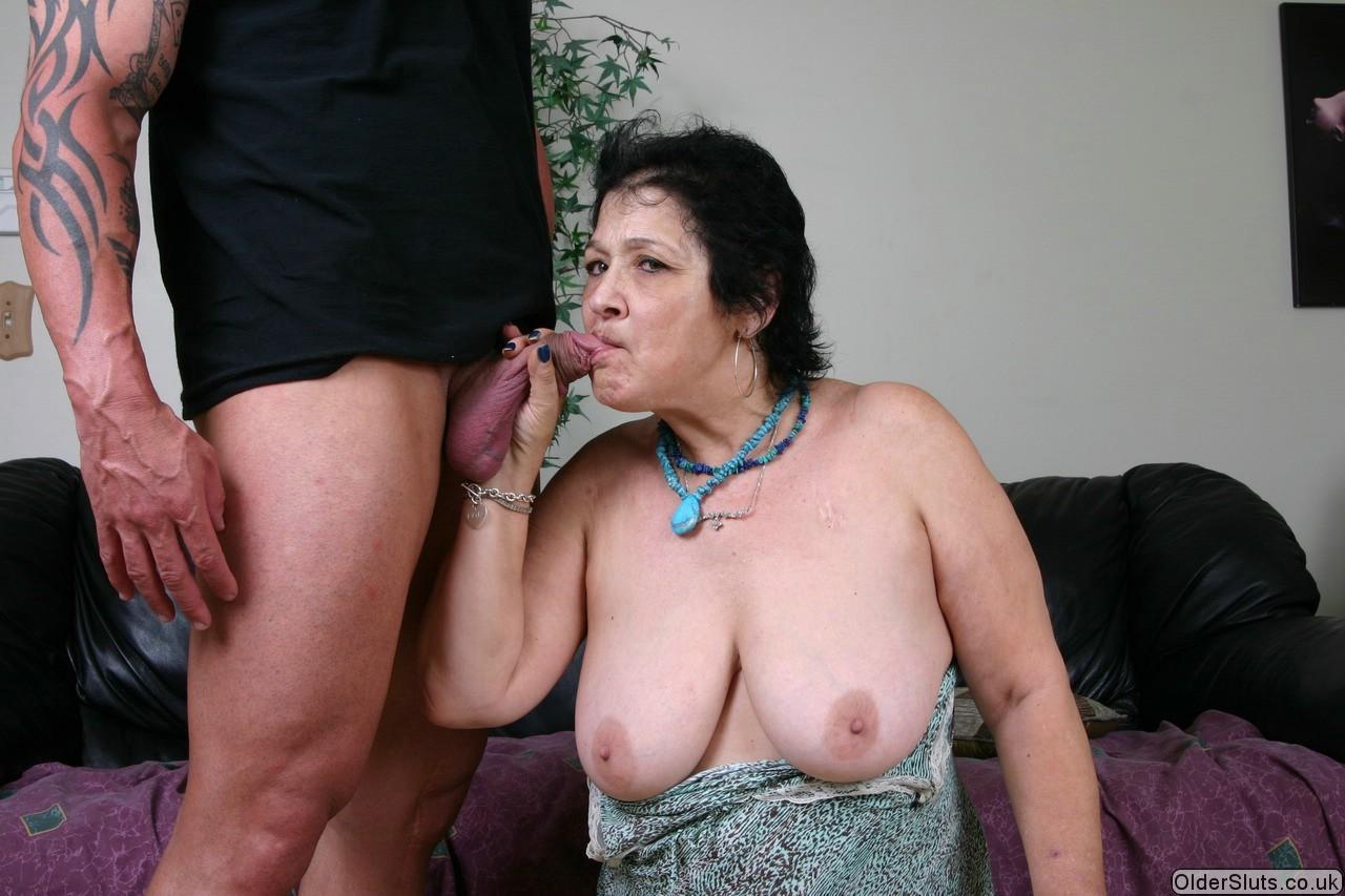Зрелая Ирис заглатывает фаллос