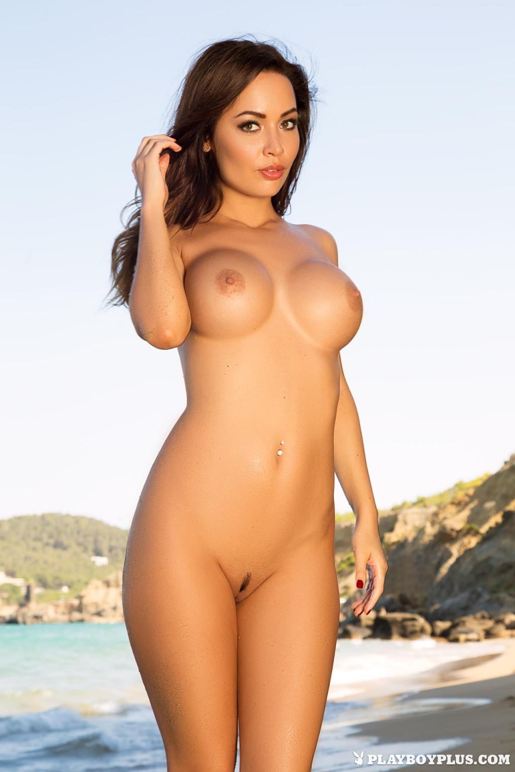 Адриенн Левай показывает свое сексуальное тело в крохотном красном бикини, позволяя насладиться своей красотой