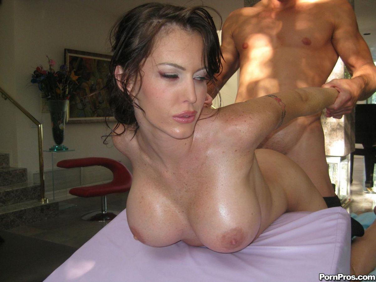 Брюнетка в масле и с крупной грудью Jenna Presley дает себя выебать после массажа раздетой