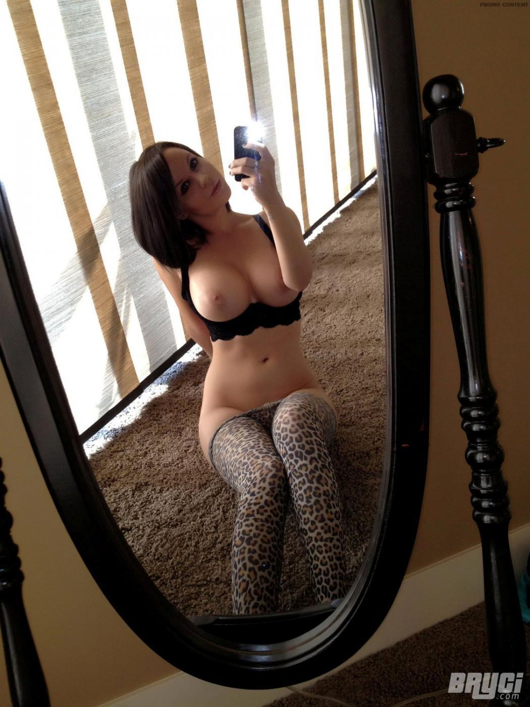 Чувственная брюнеточка Bryci в стрингах и лифчике выставила свои гигантские груди и сфотографировала вагину