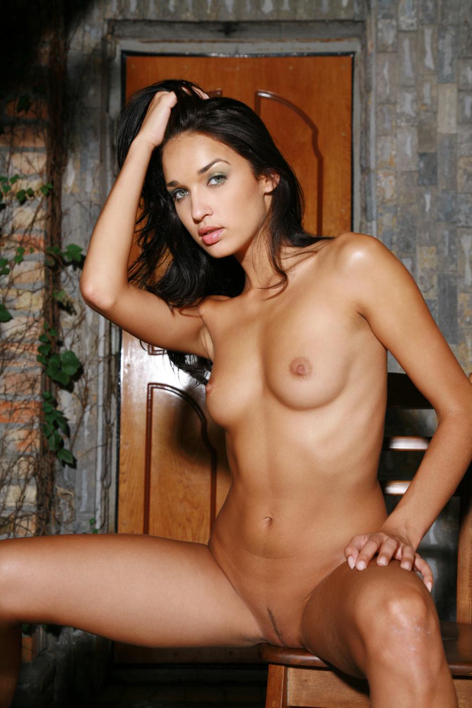Роковая брюнеточка Olga M показывает свои шикарные титьки и голые сиськи