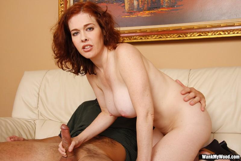 Обнаженная Mae Victoria с великолепным крупным бюстом и крупной лохматой мандой отлично теребонькает писюн
