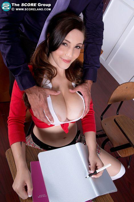Воспитанный учитель не смог удержать свои руки и лапает за сиськи и писю молоденькую студентку