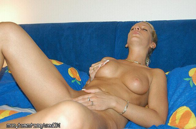 Похотливая блондинка курит без стрингов в койке