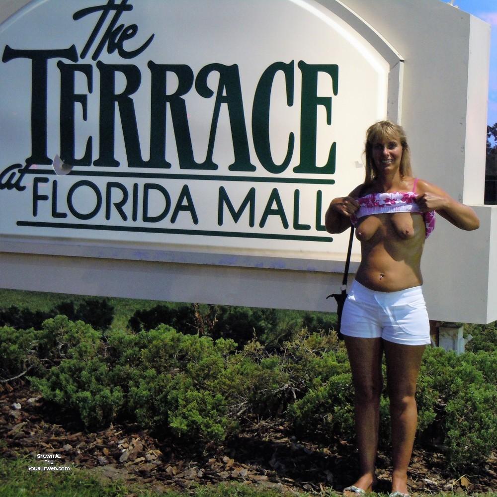 Жена блондинка публично снимает нижнее белье