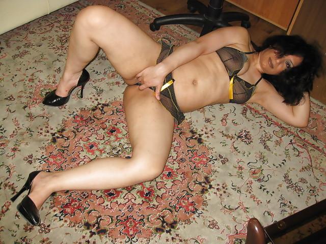 Представительница слабого пола из Ирана курит и демонстрирует вагину