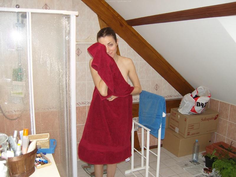 Спортивная мама с короткой стрижкой раздевается в домашних условиях