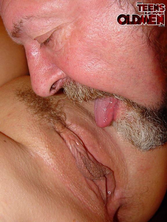 Пухлая супермодель поебалась с пожилым, бородатым мужчиной