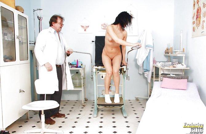 Доктор смотрит шалаву в своем кабинете