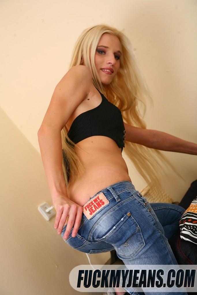 Сняв джинсы с сучки со свелыми волосами парень выебал ее в узкую сраку