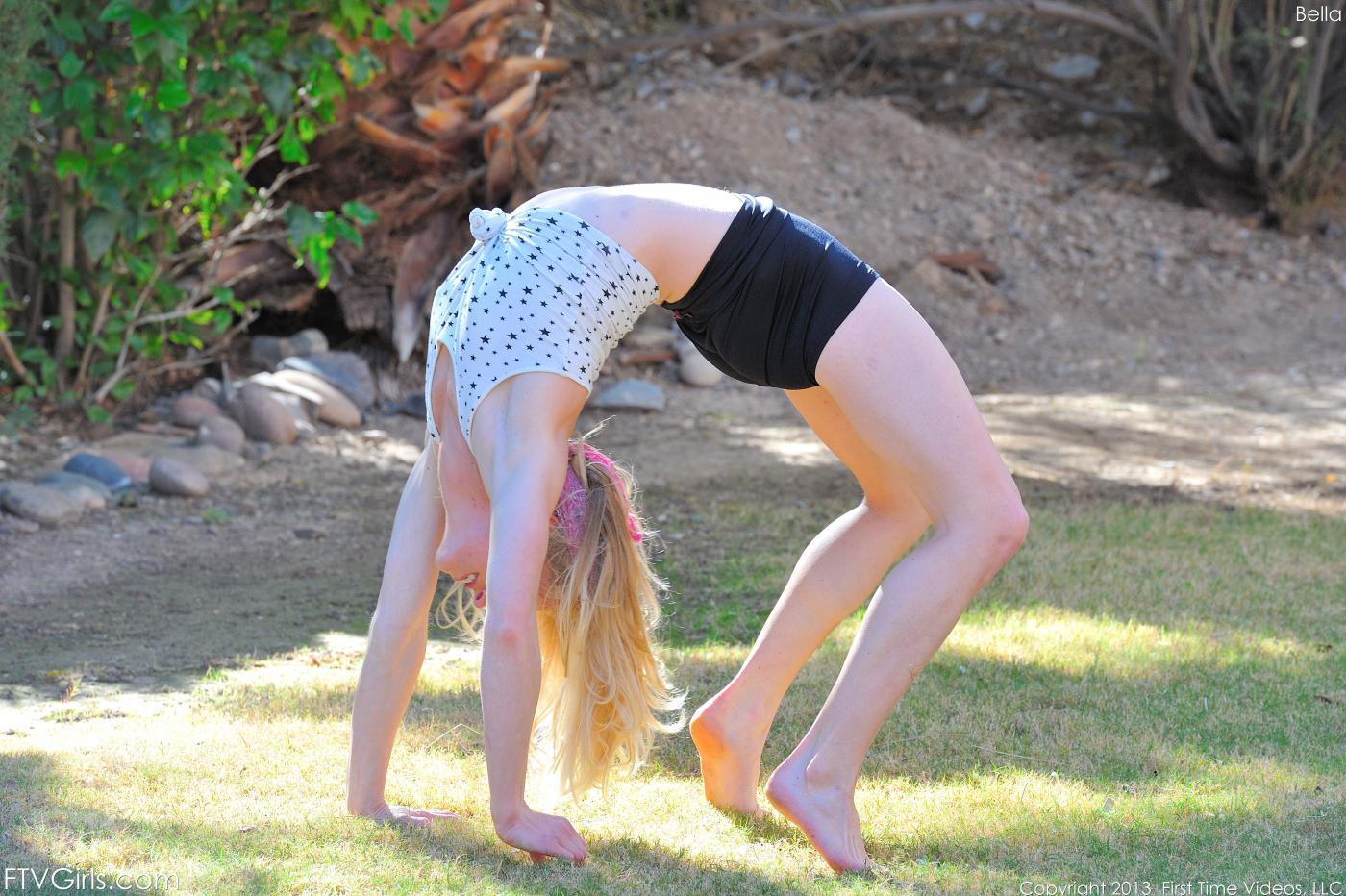 Гибкая куколка Bella Bends снимает одежду и делает упражнения у дороги
