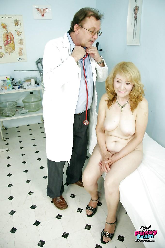 Доктор исследует тело опытной мамки в своем кабинете
