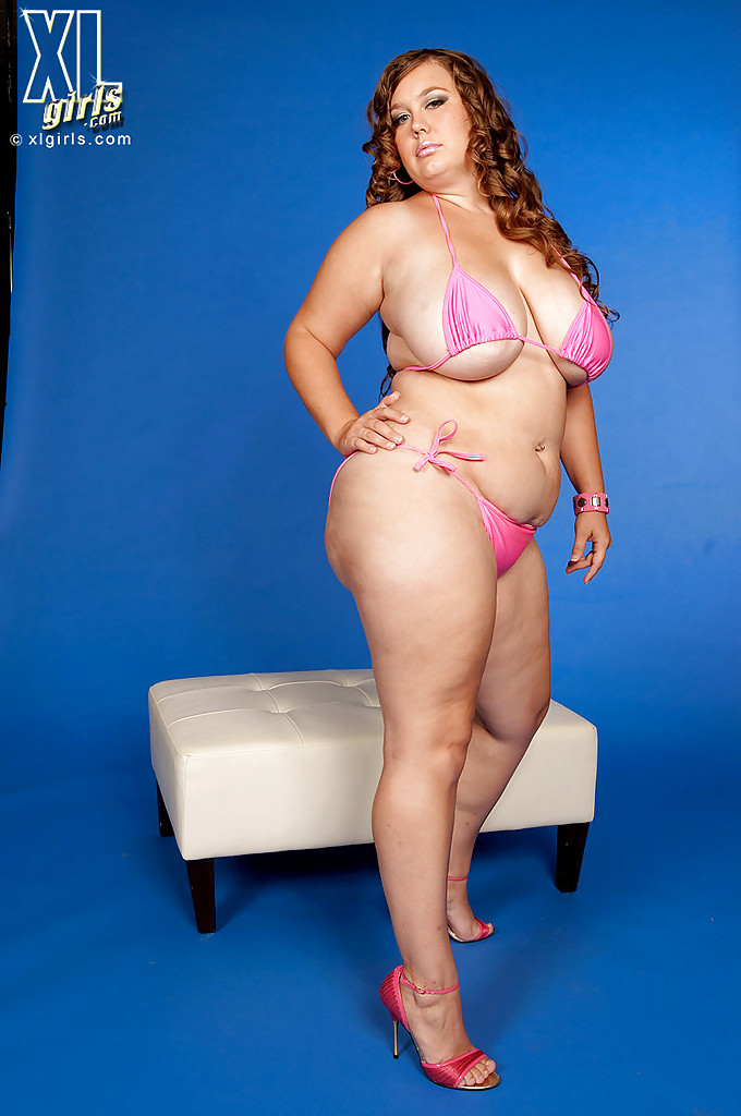 Толстушка снимает нижнее белье и мнет гигантские титьки порно фото