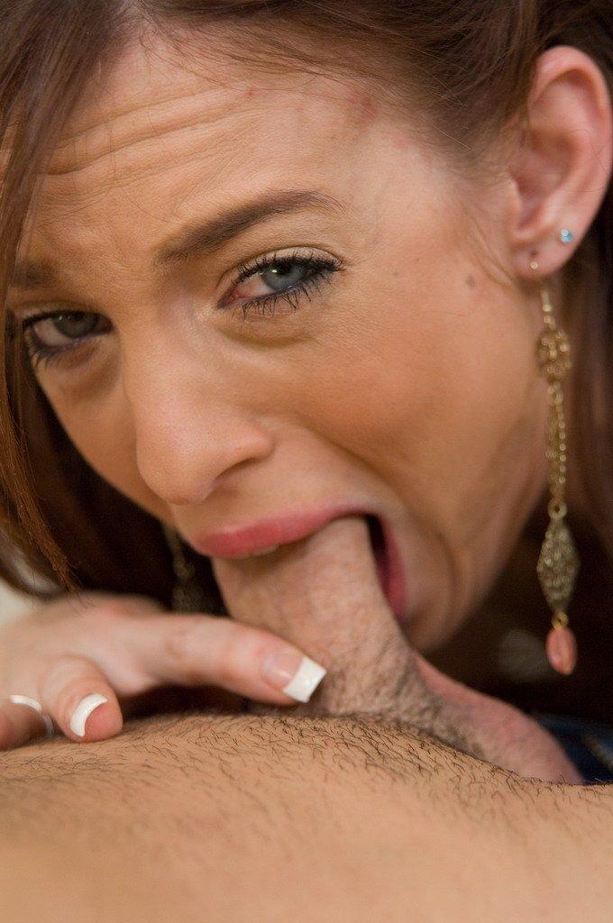 Страстная милашка Riley Shy умело облизывает и доводит паренька до оргазма