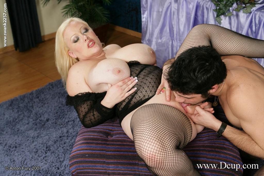 Юнец вставляет свой стоячий писюн в толстую блондинку с огромной грудью Bunny Delacruz