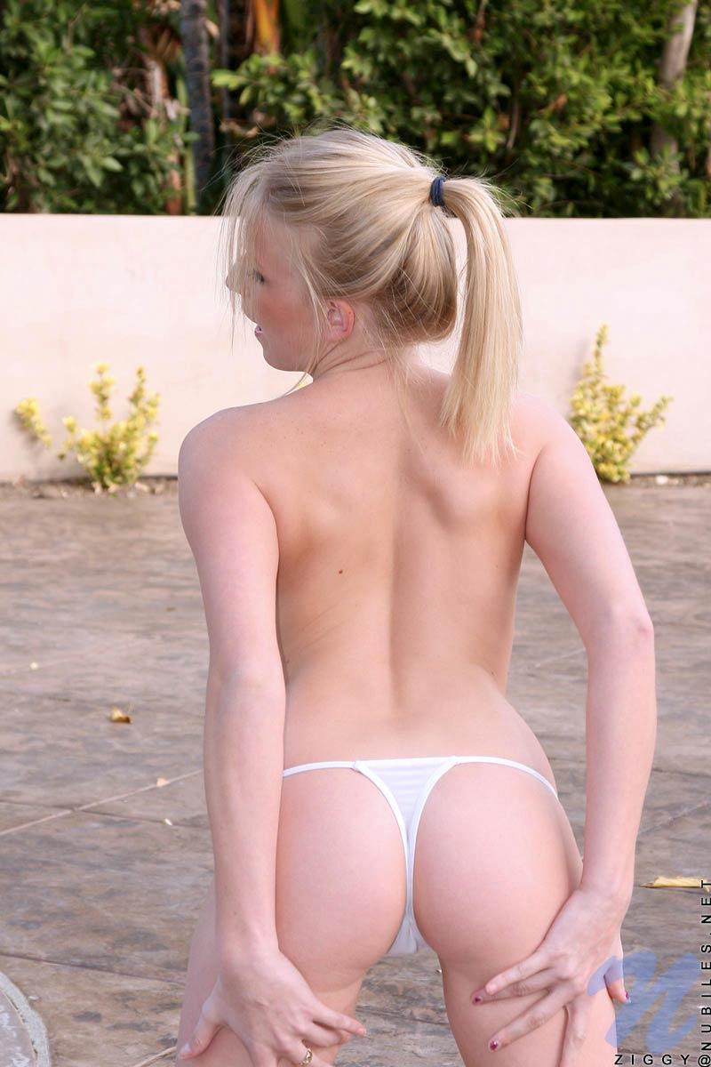 Пышногрудая Ziggy стаскивает белую юбке и стринги на заднем дворе
