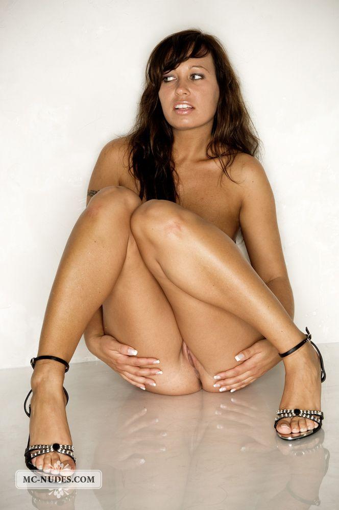 Такие милашки как Bridget Mcnudes всегда готовы вывалить свои миниатюрные груди