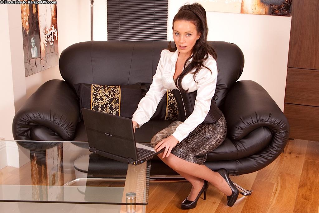 Грудастая британская зрелка в нейлоновых носках Marlyn Lindsay разводит ножки и обнажает стриженную дыру