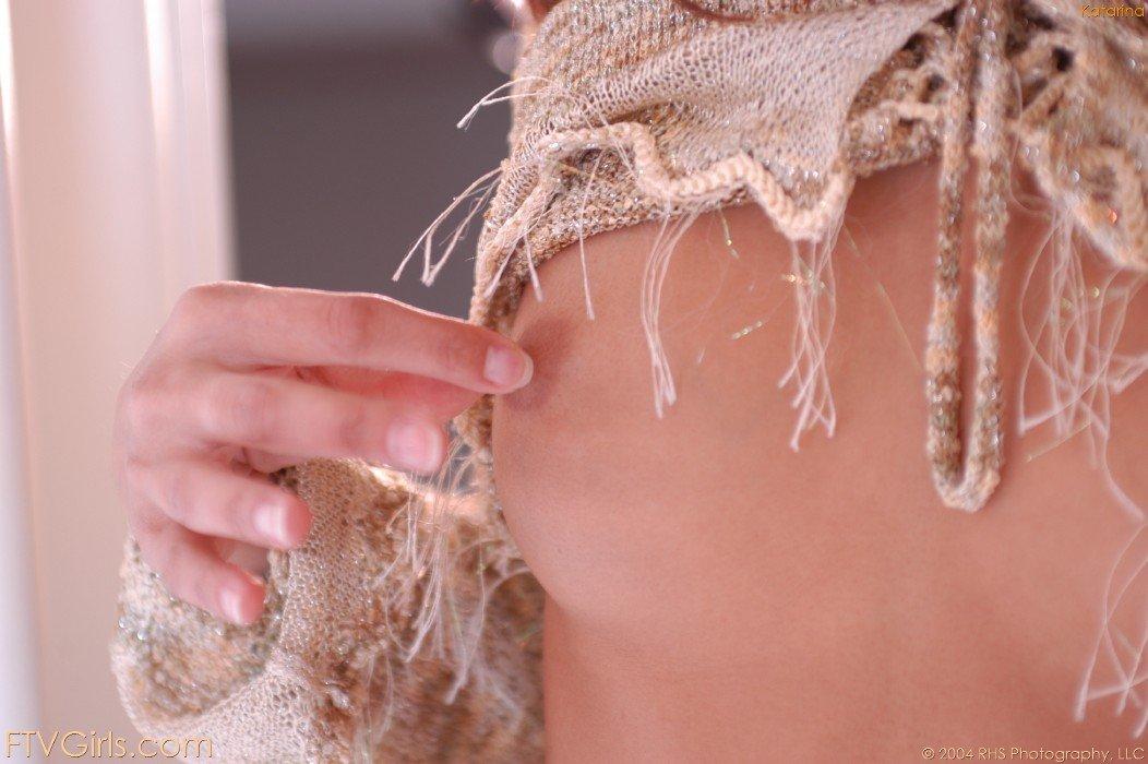 Eva Roberts широко разводит ножки чтобы продемонстрировать свои аккуратные сокровища