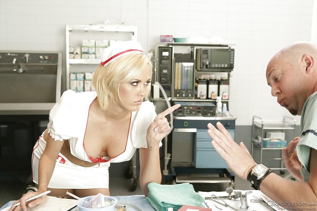 Лысый доктор активно натягивает медсестру в операционной