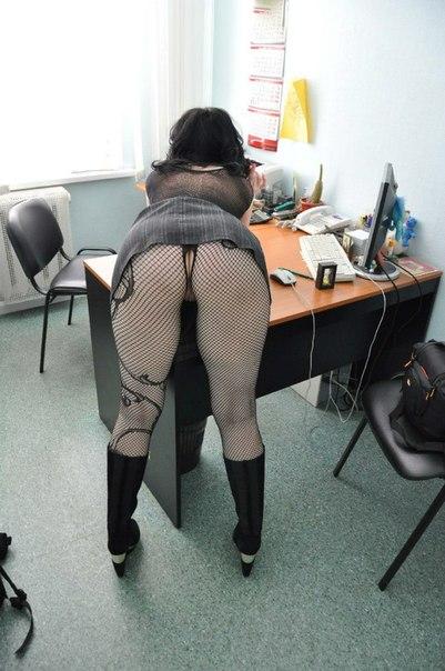 Развратные проститутки в чулках и трусиках нагинаются на фото