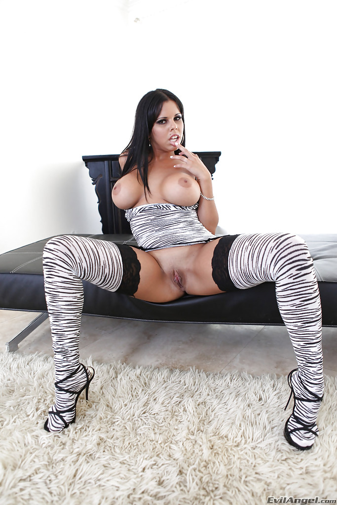 Грудастая темненькая девушка в полосатом наряде делает селфи нагишом порно фото