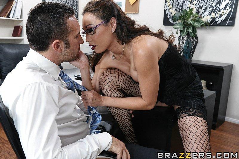 Большегрудая офисная леди в сетчатых чулках Miko Lee занимается сексом в свою бритую азиатскую писю