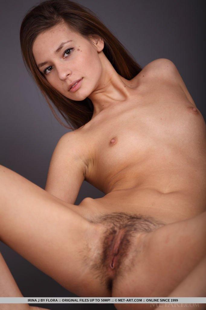 Фотографии Юной рыжеволосой проститутки с крохотными сисями и мохнатой пиздой