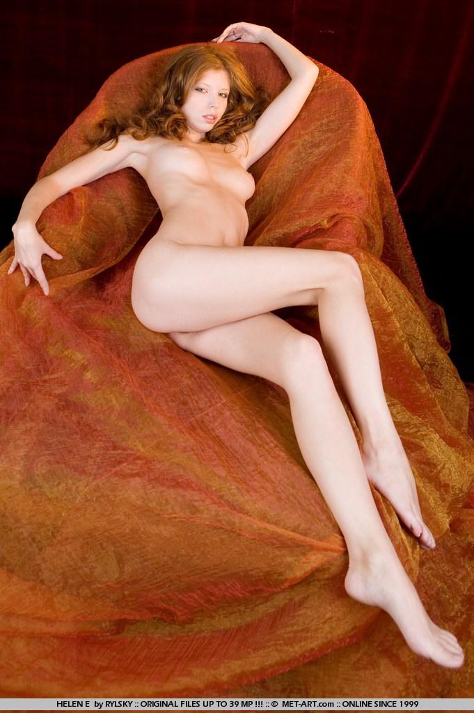 Helen E с привлекательными ногами снимает черное нижнее белье и сфотографировала письку