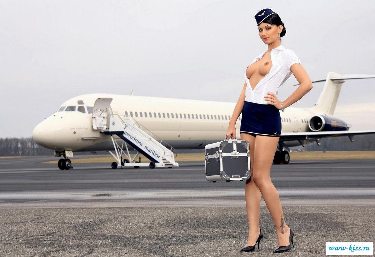 Отважные раздетые стюардессы с милыми титьками