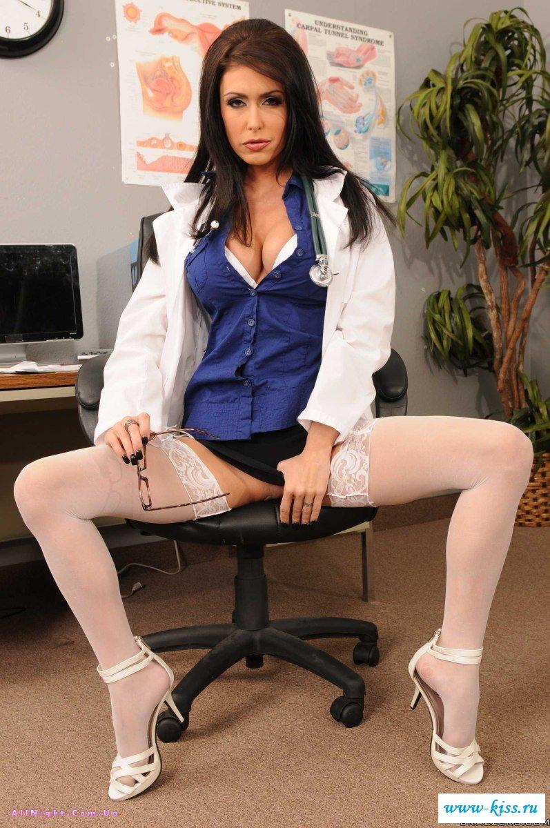 Терапевт разделась в кабинете - нагие медсестры