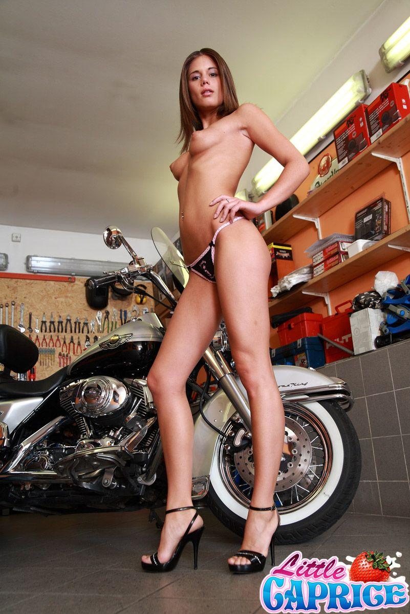Молодой мотоциклист в бандане трахает сексуальную изящную бабу Little Caprice в гараже